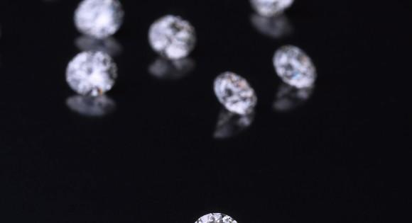 Sur demande auprès de nos experts,, MAUBOUSSIN imaginera pour vous, et vous seul, un bijou unique et sur-mesure.